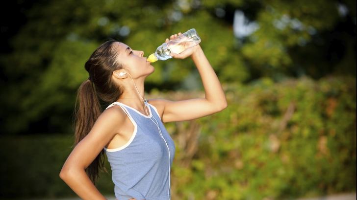 Obișnuiești să refolosești sticlele de plastic? Iată la ce pericole te expui
