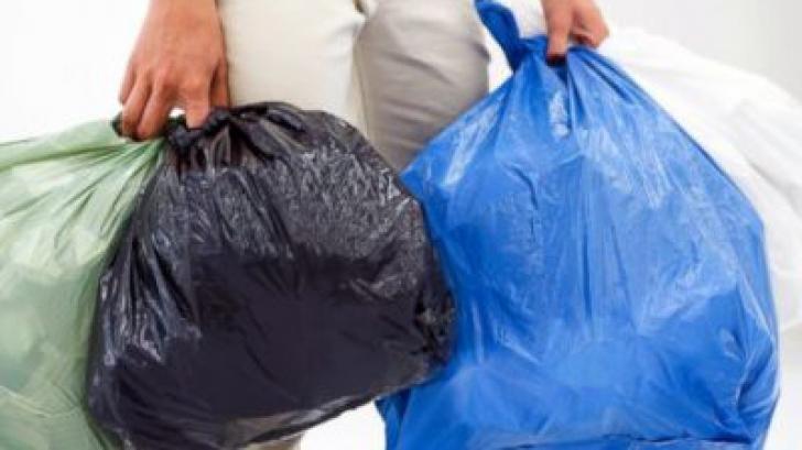 Ai folosit greşit pungile de gunoi până acum. Trucul simplu şi foarte eficace care rezolvă problema!