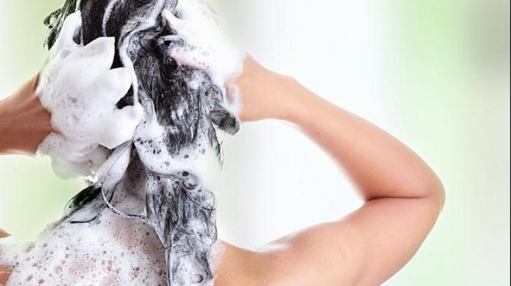 Pune o aspirină sfărâmată în şampon. Efectul este incredibil