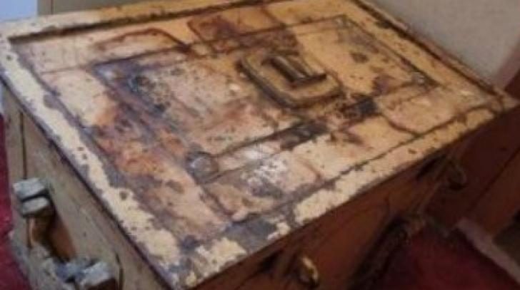 A moştenit o casă veche de la mătuşă. Într-o debara, a găsit un cufăr.Conţinutul a făcut-o să plângă
