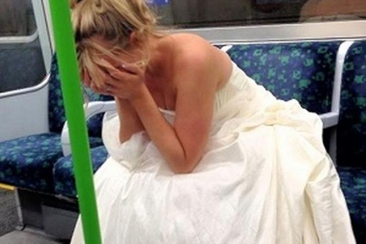 RUŞINE la dansul mirilor. El s-a împiedicat şi şi-a scăpat soţia. Mireasa a plâns toată nunta