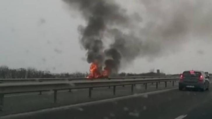 Trafic oprit pe A2, pe sensul spre Constanţa: O maşină a luat foc