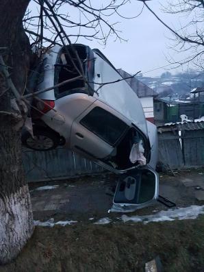 Accident spectaculos! Beat şi fără permis de conducere, a rămas suspendat cu maşina într-un copac / Foto: desteptarea.ro