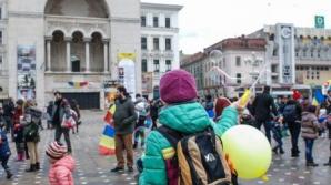 Timiș: Circa două sute de părinți cu copiii lor au demonstrat în Piața Victoriei