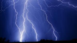 Furtună la Suceava! Acoperişuri smulse de vânt, copaci căzuţi. Două persoane, la spital