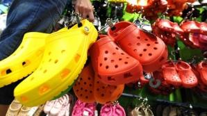 Porţi astfel de papuci de plastic? După ce vei citi asta îi vei arunca imediat