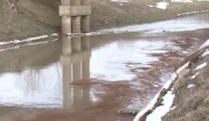 ALERTĂ de poluare pe mai multe râuri din estul ţării