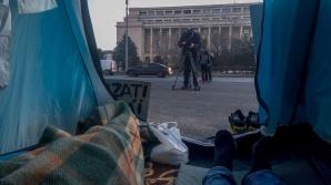 """Şi-au instalat cortul şi au dormit în Piaţa Victoriei: """"Nu mă simt în siguranţa acasă..."""""""