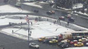 A 9-a zi de proteste în Piaţa Victoriei. Oamenii au venit cu lopeţi să cureţe zăpada. VIDEO