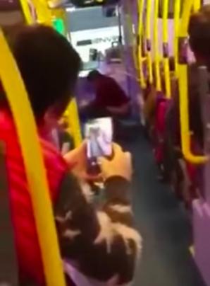 Scene socante in autobuz