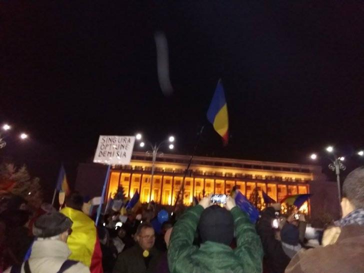 #Rezist, ziua 27. Peste 5000 de români au scris istorie în Piaţa Victoriei - au format STEAGUL UE