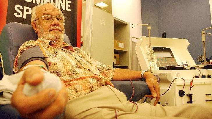 """Bărbatul care a salvat vieţile a peste două milioane de copii! I se spune """"omul cu sânge de aur"""""""