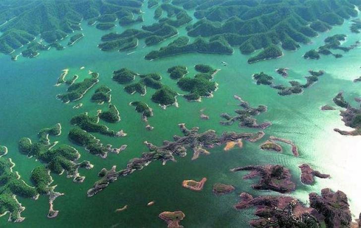 Vrăjiți de frumusețea lacului, puțini știau ce se ascunde în adâncuri. Când scafandrii au coborât..