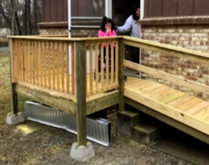 O fetiţă aflată în scaunul cu rotile avea probleme să iasă din casă. Ce cadou i-a făcut un şofer