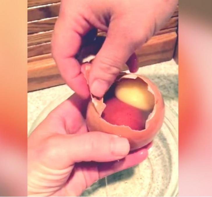 A mers la cuibar şi a luat oul ce tocmai fusese ouat. L-a spart şi... ŞOC! Ce a găsit în el