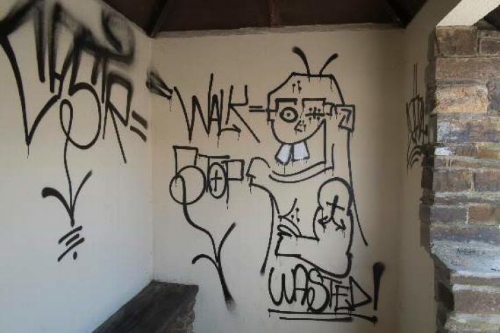 O staţie de autobuz vandalizată a fost refăcut integral de un necunoscut. Cum arată acum