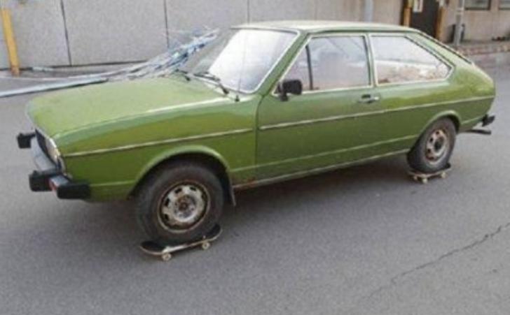 S-a făcut de RÂS. Maşina lui nu avea motor, dar mergea pe stradă. Cele mai hilare improvizaţii