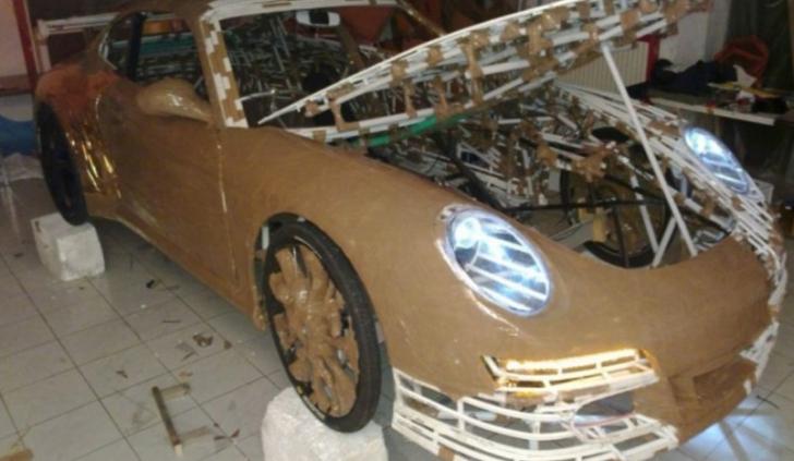 INCREDIBIL!Imaginile anului.A transformat o bicicletă într-un Porsche folosind carton şi ţevi de PVC