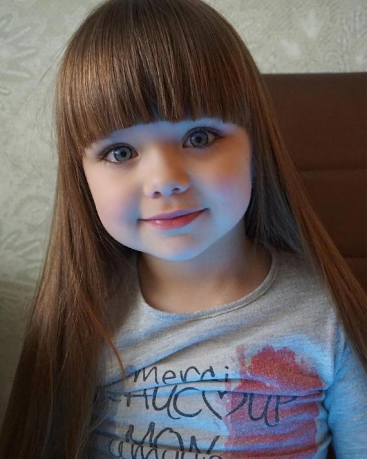 Le detronează pe micile modele! O fetiţă de cinci ani face furori pe internet cu frumuseţea sa