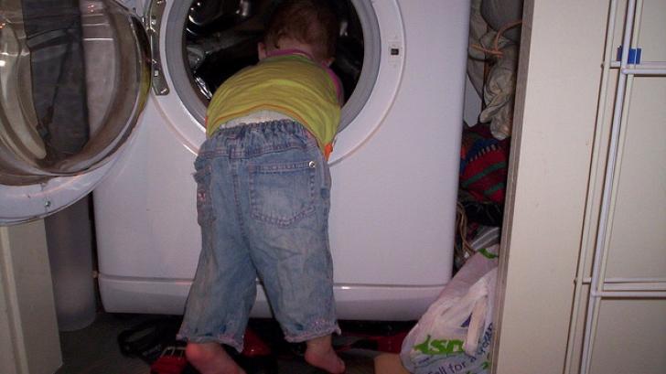 Gemeni de trei ani, găsiţi morţi în maşina de spălat. Mama era plecată după detergent