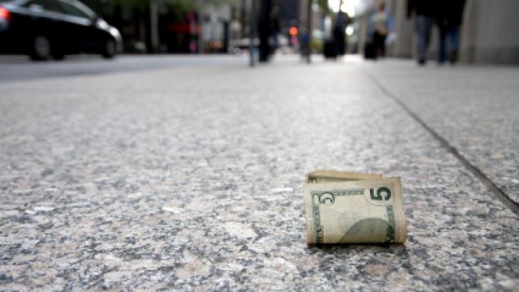 A găsit o bancnotă pe jos și a pus-o în portofel. Nu se aștepta la ceea ce a urmat