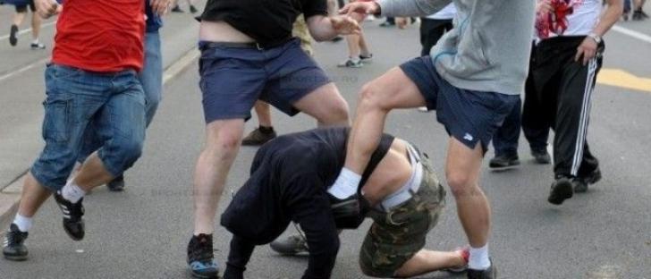 Tânăr bătut cu bestialitate de doi cerşetori în plină stradă, pentru că a refuzat să le dea bani