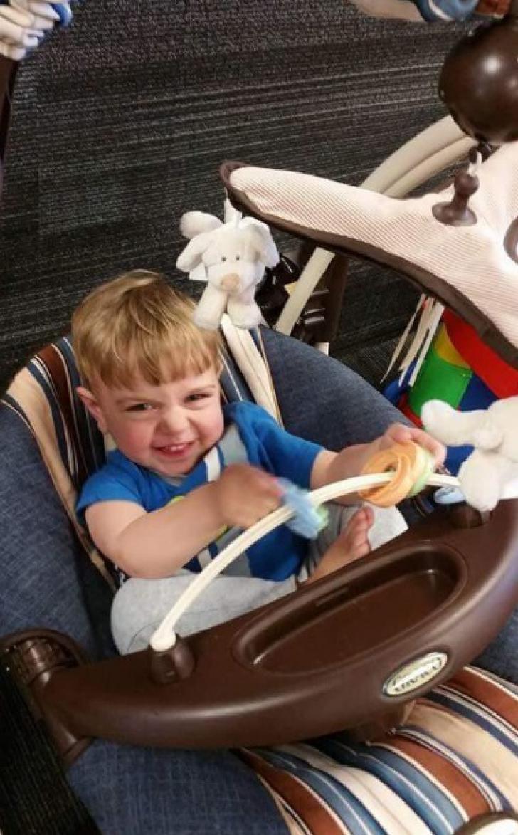 S-a aşezat pe fotoliu şi le-a citit copiilor o poveste. Când s-a ridicat, ŞOC! Era sub el, MORT