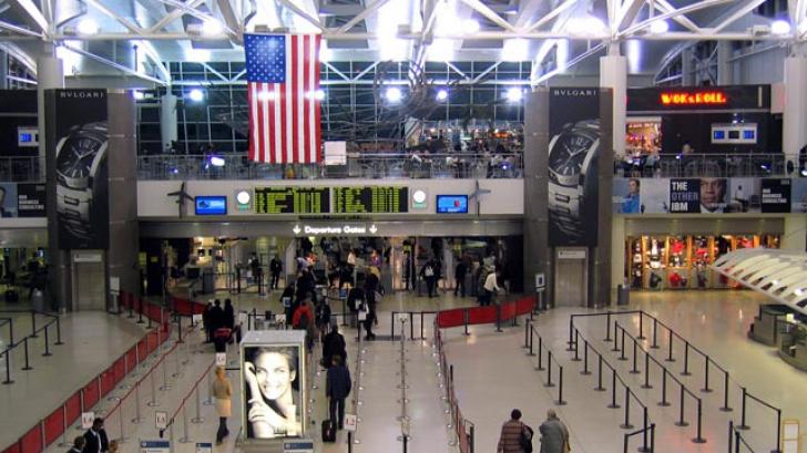 Cântăreţul Florin Salam, reţinut pe aeroport în SUA. Ce i-au găsit vameşii în bagaj