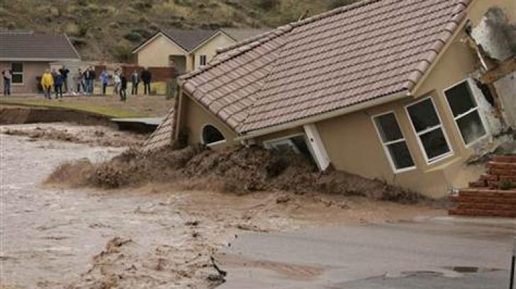 Inundațiile teribile din California obligă localnicii să se mute sub cerul liber