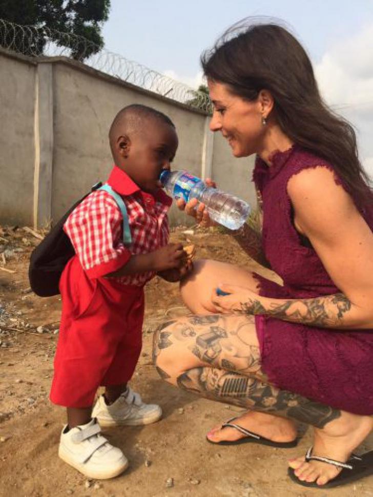 Cum arată acest copil, lăsat să moară de foame de familia lui, la un an după ce a fost salvat