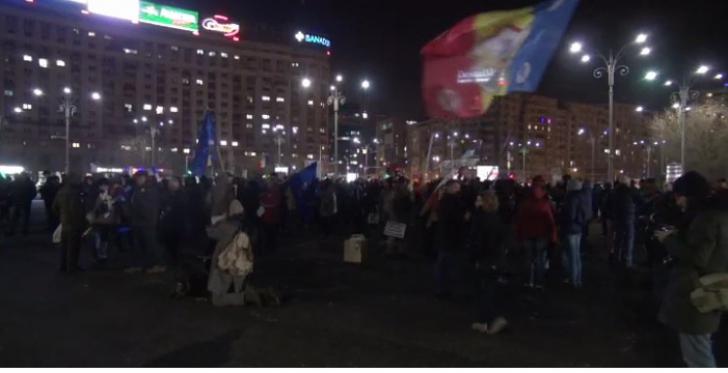 """#Rezist, ziua 22. Peste o sută de persoane au protestat în Piaţa Victoriei - """"Zi de zi, aici vom fi"""""""