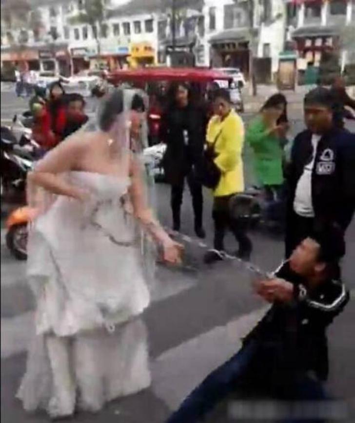Imaginile care fac înconjurul internetului. Mireasa l-a prins pe mire AŞA, înainte de nuntă!