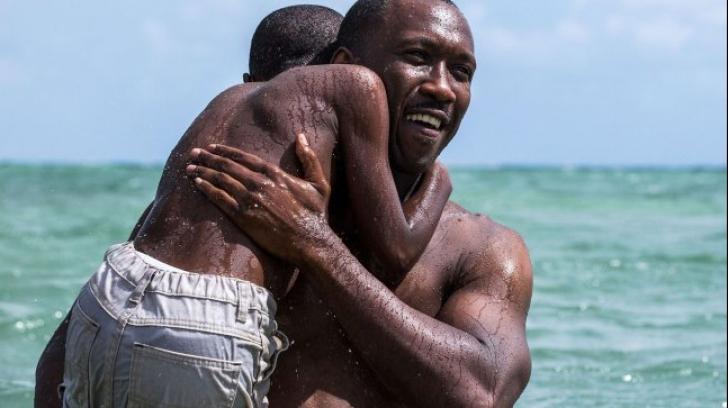 """""""Moonlight"""", regizat de Barry Jenkins, a câştigat Oscarul pentru """"cel mai bun film""""(VIDEO)"""