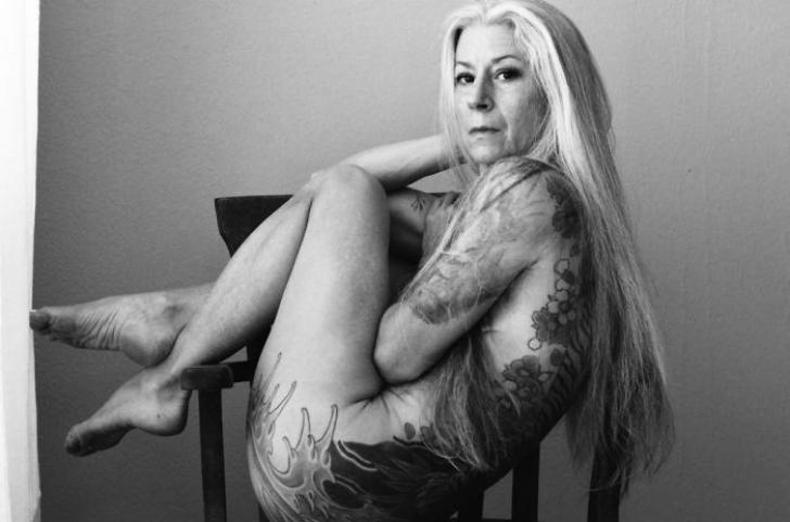 A pozat nud la 56 de ani. Corpul ei acoperit de tatuaje arată demenţial!