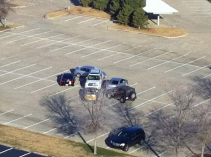 A parcat DEZASTRUOS într-un loc gol, de sute de metri pătraţi. Cum s-au răzbunat pe el alţi şoferi
