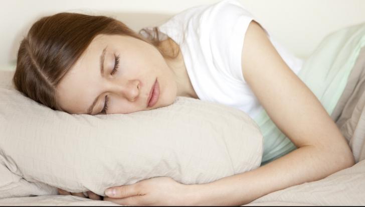 Dormi cu capul pe pernă? Cum te-ar putea îmbolnăvi acest obicei