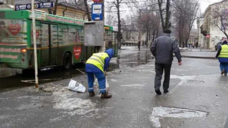 Soluţia autorităţilor pentru poleiul de pe trotuare: Câte un pumn de sare pentru fiecare trecător