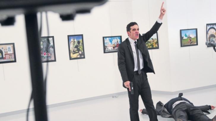 Ce s-a întâmplat cu fotograful care a surprins poza cu asasinul ambasadorului rus în Turcia