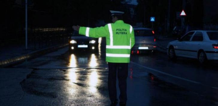 Un Mercedes circula cu farurile stinse prin Bucureşti. Poliţiştii, UIMIŢI de cine era la volan