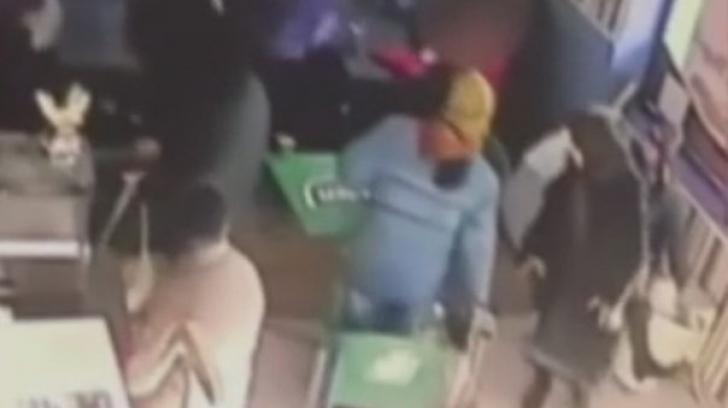 Şocant! Şi-a stropit soţia cu benzină şi i-a dat foc în mijlocul unui restaurant din Bacău