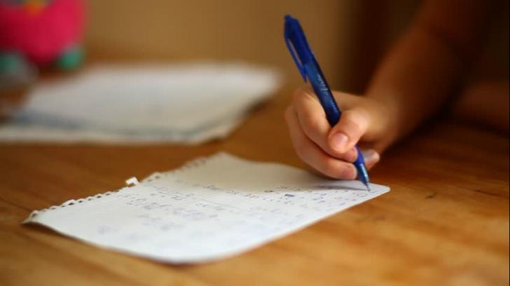 O fetiță a sunat la Poliție s-o ajute cu tema la matematică. Polițiștii au ajutat-o, dar greșit