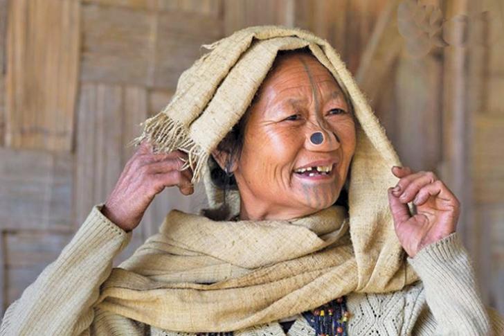Tribul în care femeilor li se pun dopuri în nas. Motivul acestei practici şocante