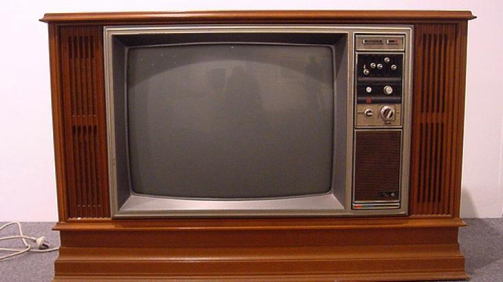 Au început să dezmembreze un televizor vechi, când au descoperit comoara. Nu şi-au crezut ochilor!