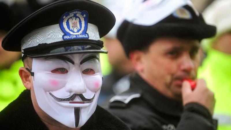 """Polițiștii, CFR-iștii, angajații din ministere, uniți de un mesaj comun: """"Vrem salarii mai mari!"""""""
