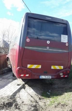 Un autocar cu 30 de pasageri a intrat într-un șanț, la Bunești, Vâlcea / Foto: jurnalulolteniei.ro