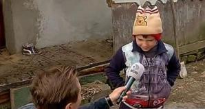 Părăsit de mamă, la 7 ani! Trăieşte într-o cocioabă, după ce mama şi-a găsit alt bărbat pe internet