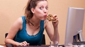 Cât de periculos este să mănânci în faţa calculatorului