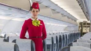 De ce ascund stewardesele mâinile la spate când urcăm în avion? Un scop precis, puțini îl știu