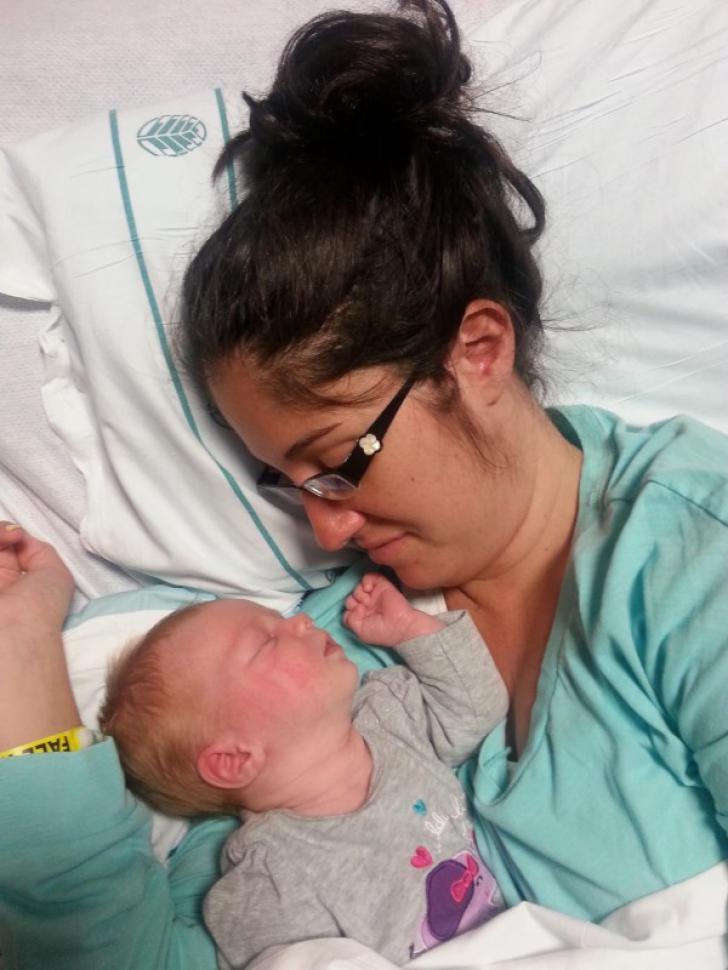 Mama era pe moarte, imediat după naştere. I-au pus copilul pe piept. Ce a urmat, ŞOC!