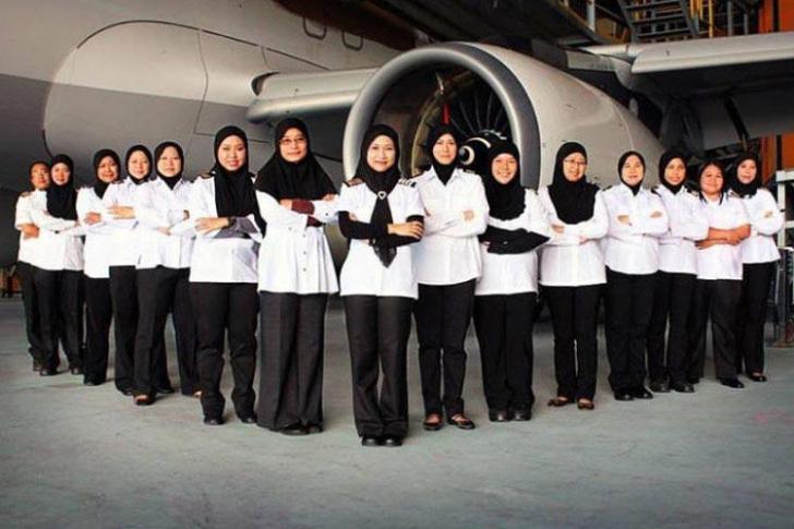 Cum arată echipajul FEMININ de zbor la arabi. Pasagerii, ULUIŢI de cine iese din cabina de pilotaj